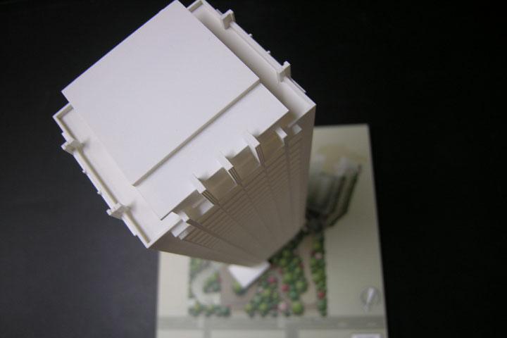 商談用の机でお使いになれる小型のマンション模型