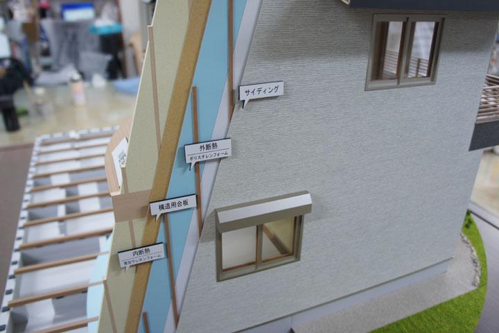 住宅の断面模型が電動で回転