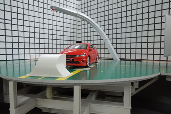 車の実験場電波暗室の模型