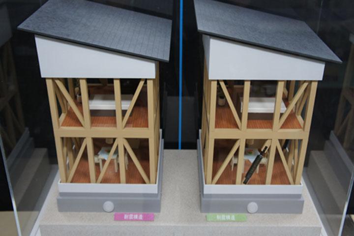 制震構造が優れている様子が理解できる電動模型