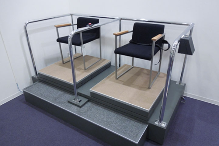 免震構造(右側)と耐震構造(左側)に人が乗って比較体験できる装置