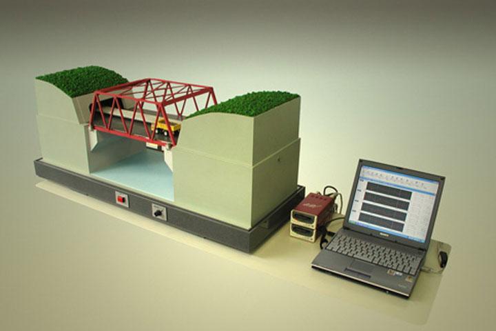 橋梁が振動する土木模型