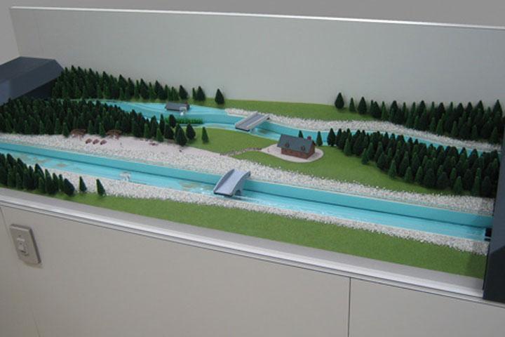 河川の地形が変化することを実証する模型