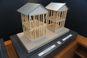 新旧の耐震建物の電動比較模型