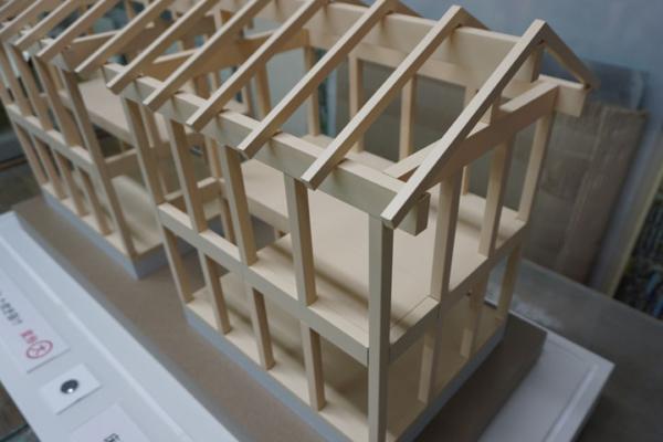 木材の軸組みによる地震模型