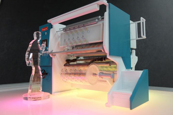 オリエント総業の印刷機の工程を再現した機械の展示模型