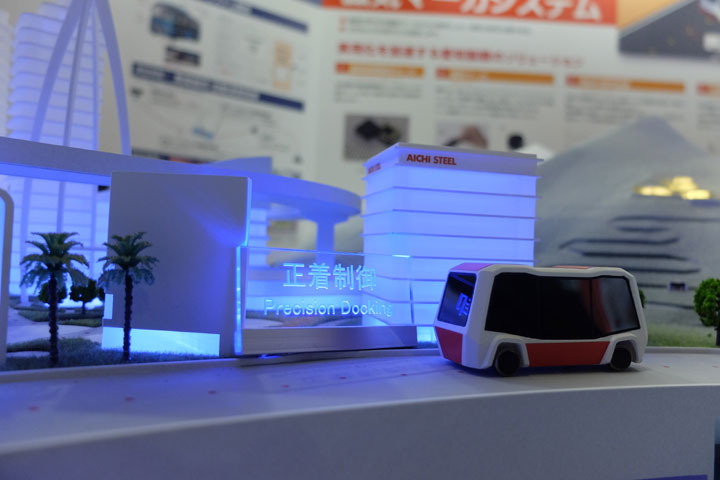 未来都市の中を自動運転する車輛の展示模型