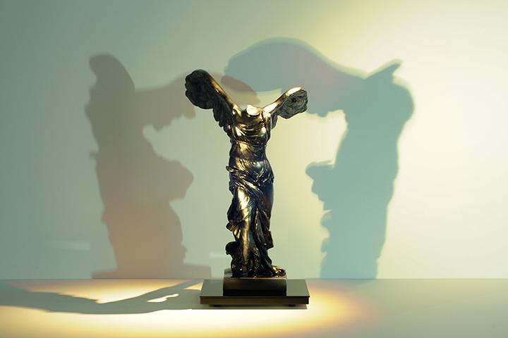 サモトラケのニケの石膏像を銅風に塗装