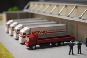 運送会社のトラックが自動走行する展示模型